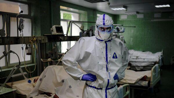 Врач и пациенты в отделении реанимации и интенсивной терапии городской клинической больницы имени В. В. Виноградова в Москве