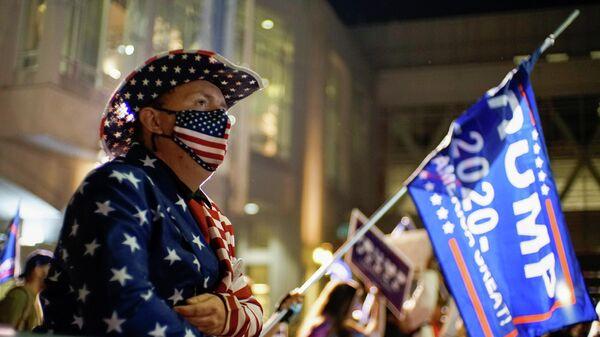 Сторонники президента США Дональда Трампа во время акции протеста в Филадельфии, штат Пенсильвания