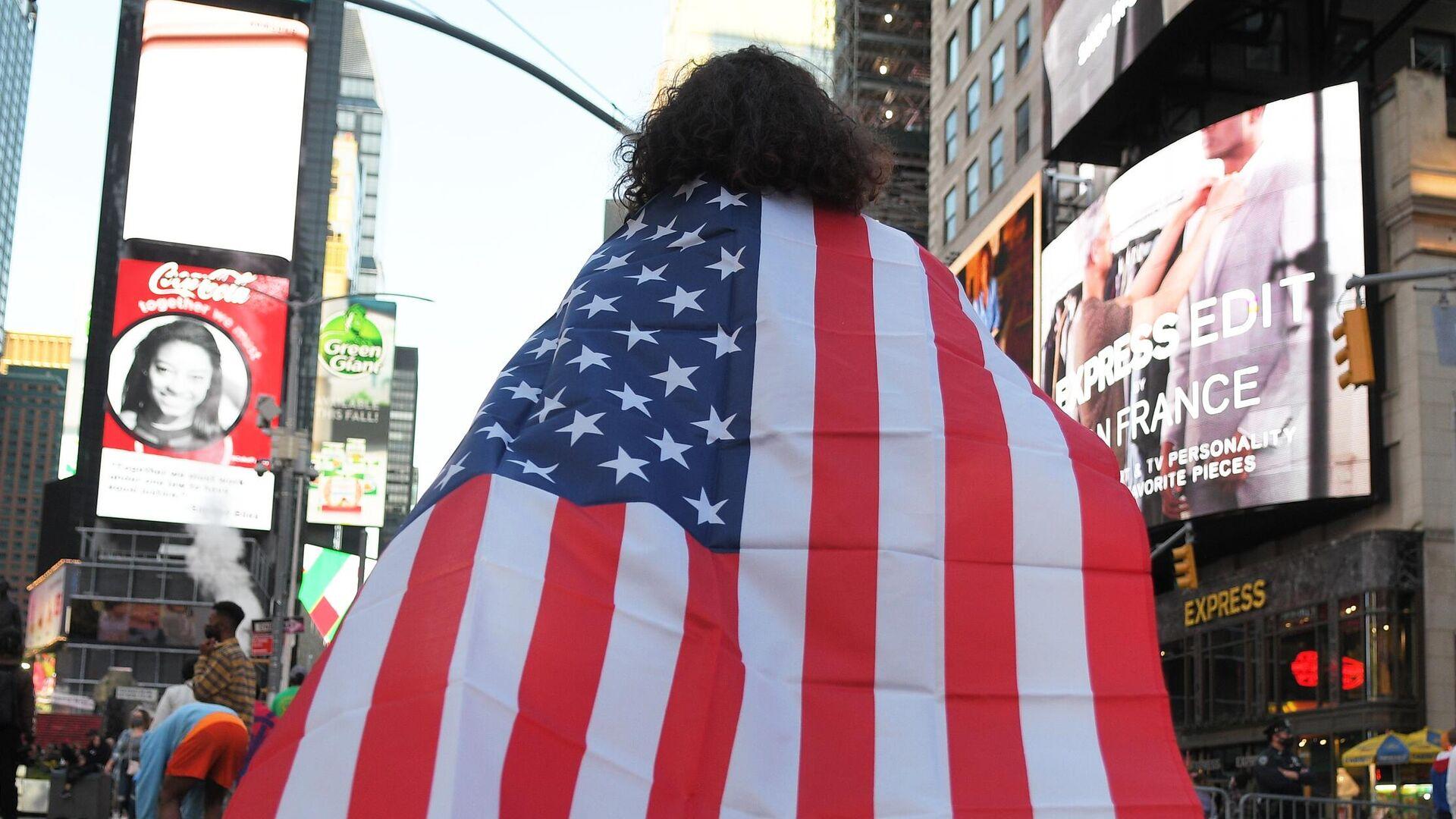 Люди на одной из улиц в Нью-Йорке после новостей о победе на выборах президента США кандидата от Демократической партии Джозефа Байдена - РИА Новости, 1920, 07.01.2021