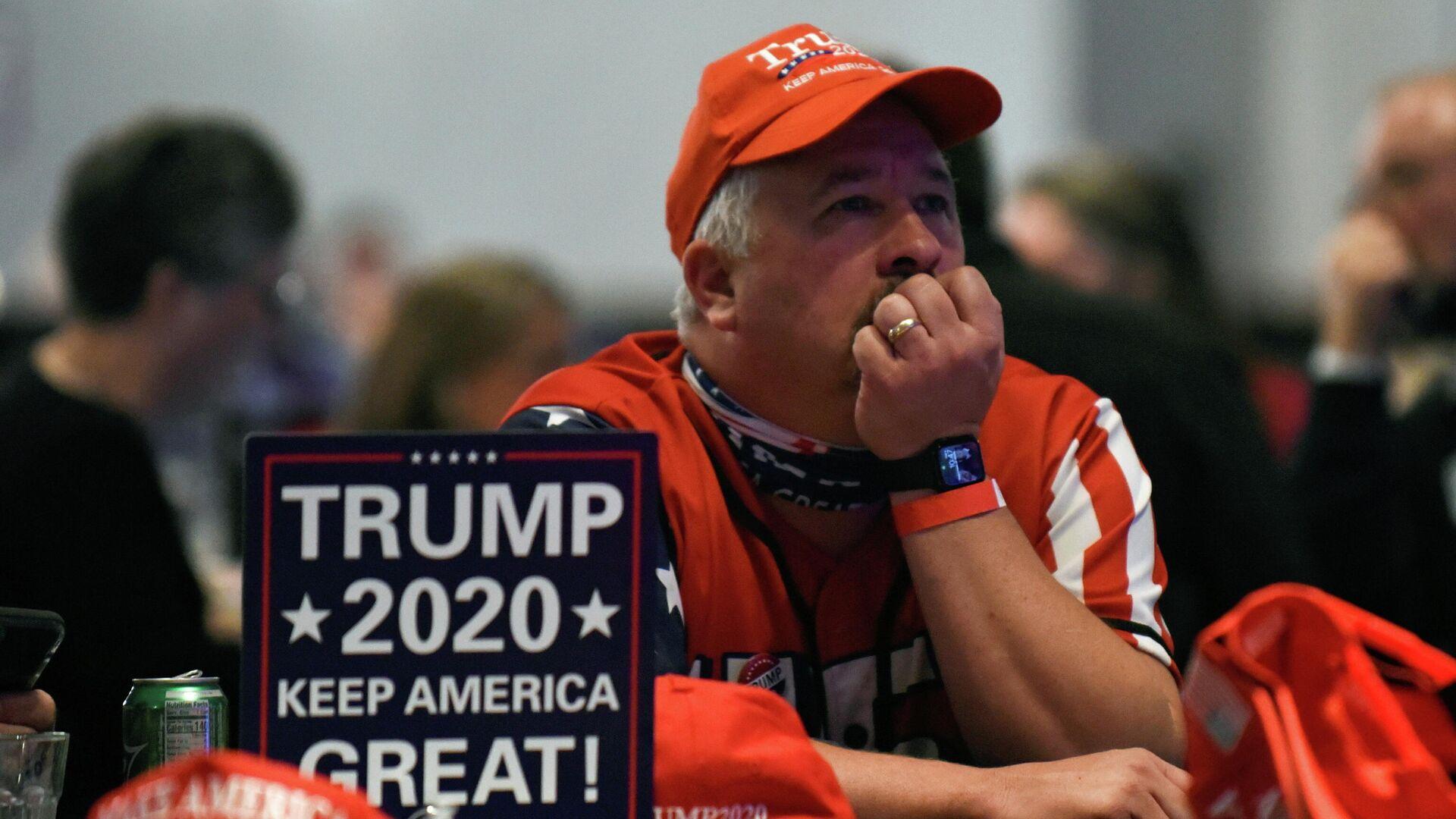 Сторонник президента США Дональда Трампа наблюдает за ходом выборов в США - РИА Новости, 1920, 01.12.2020