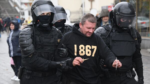 Сотрудники правоохранительных органов задерживают участника несанкционированной акции протеста Марш народовластия в Минске