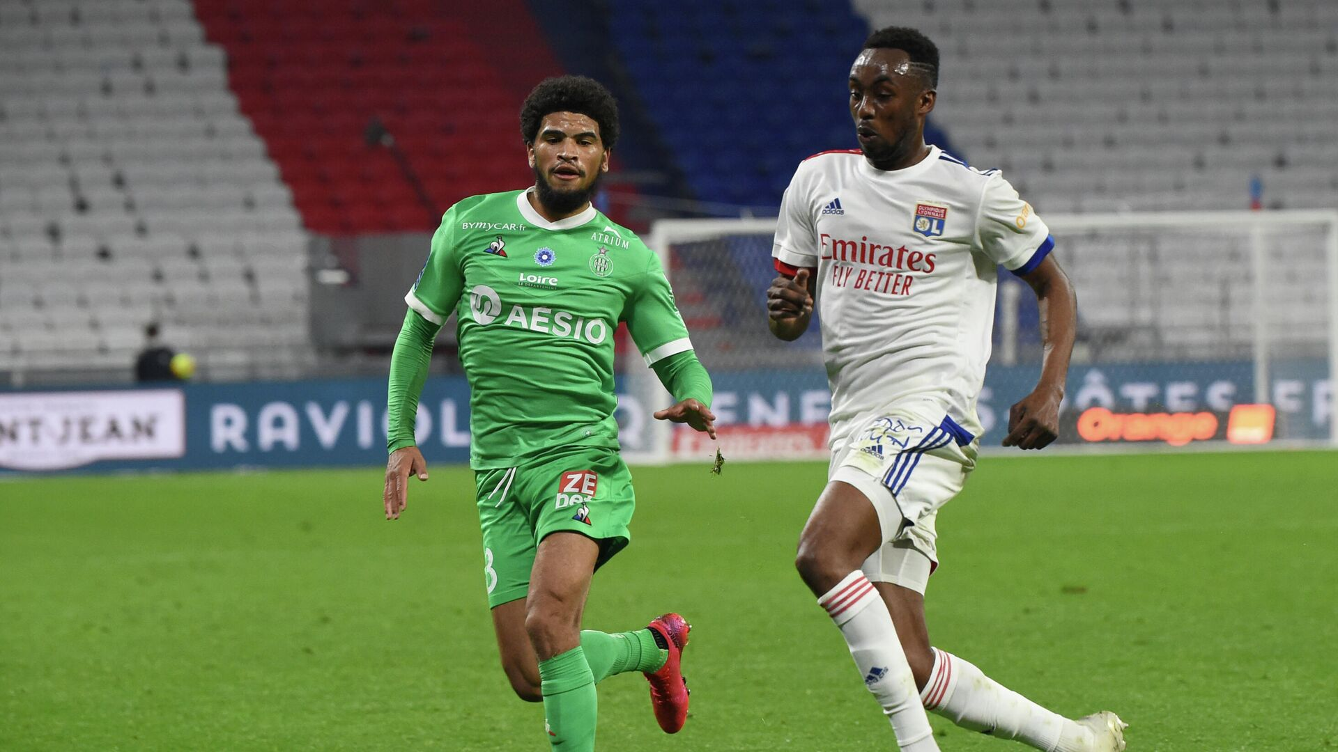 Saint-Etienne's French midfielder Mahdi Camara (L) fights for the ball with Lyon's Zimbabwean forward Tino Kdewere (R) during the French L1 football match between Lyon (OL) and Saint-Etienne (ASSE) on November 8, 2020, at the Groupama stadium in Dйcine-Charpieu near Lyon. (Photo by JEAN-PHILIPPE KSIAZEK / AFP) - РИА Новости, 1920, 09.11.2020