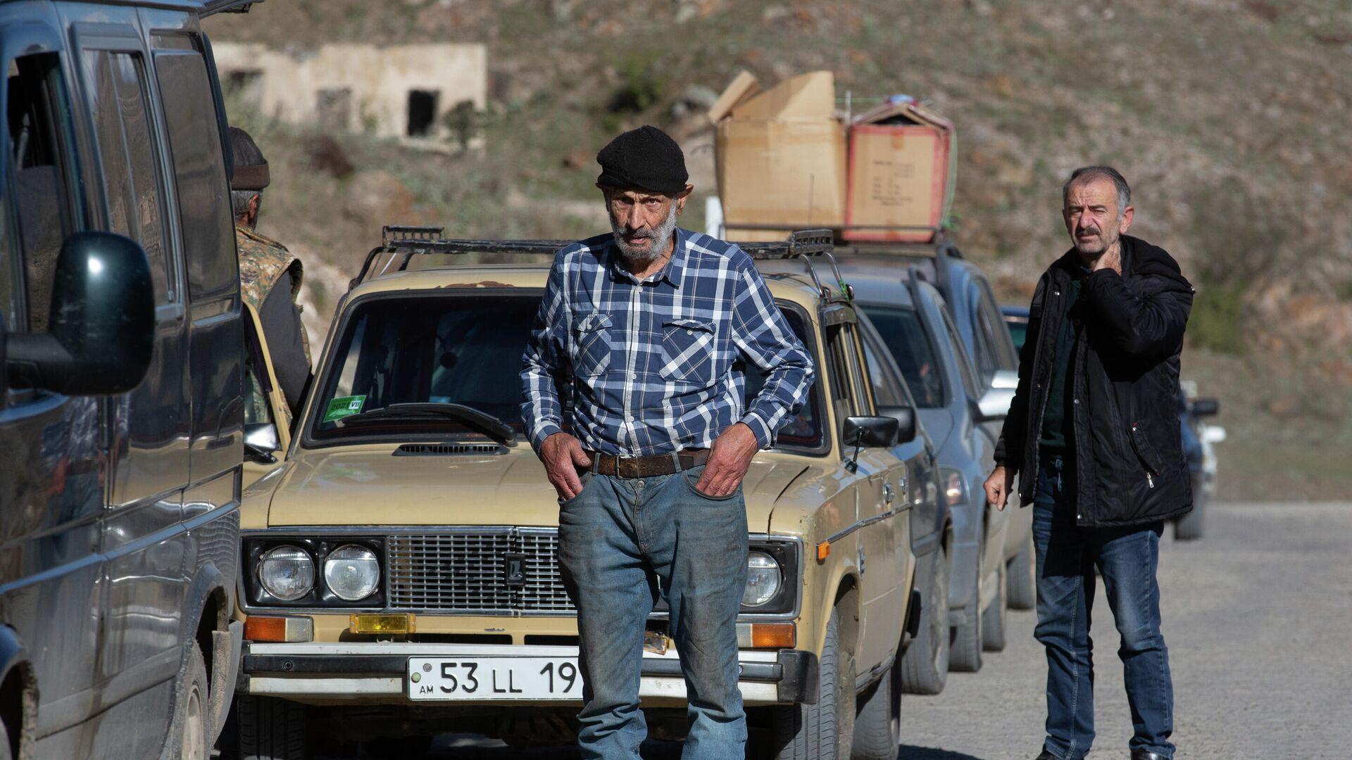 Местные жители, покидающие Нагорный Карабах, в районе города Карвачар - РИА Новости, 1920, 10.11.2020