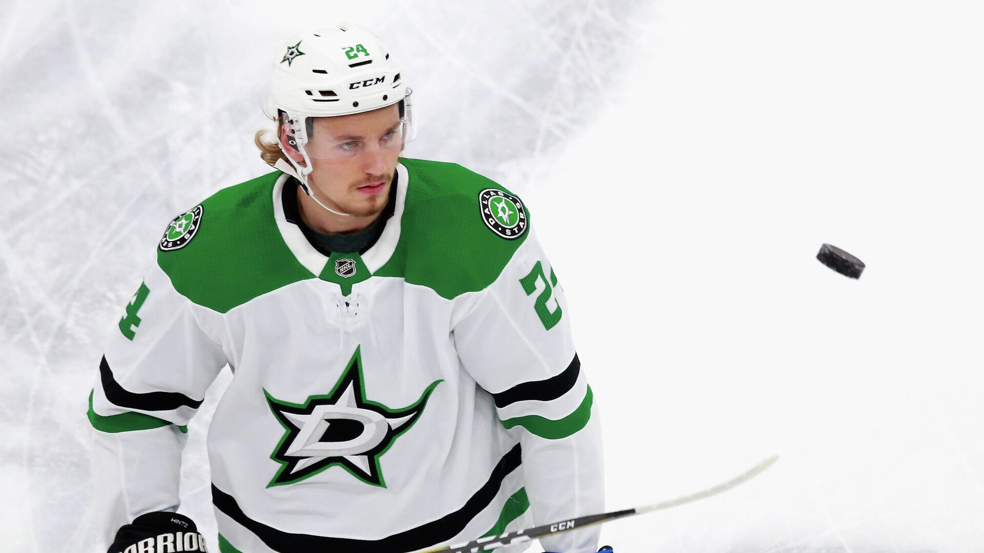 EDMONTON, ALBERTA - AUGUST 20: Roope Hintz #24 of the Dallas Stars skates in warm-ups prior to the game against the Calgary Flames in Game Six of the Western Conference First Round during the 2020 NHL Stanley Cup Playoffs at Rogers Place on August 20, 2020 in Edmonton, Alberta, Canada.   Jeff Vinnick/Getty Images/AFP - РИА Новости, 1920, 09.11.2020