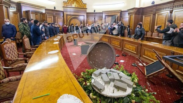 Здание правительства Армении после погромов