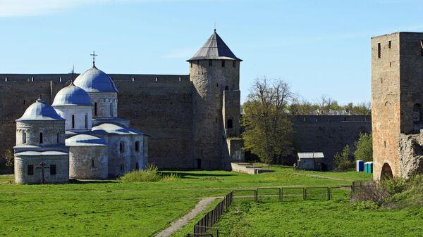 Никольская (1498) и Успенская (1558) церкви, расположенные на территории Ивангородской крепости