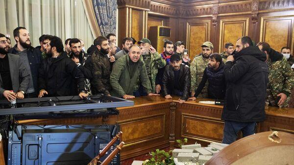 Участники акции протеста в одном из залов парламента Армении в Ереване
