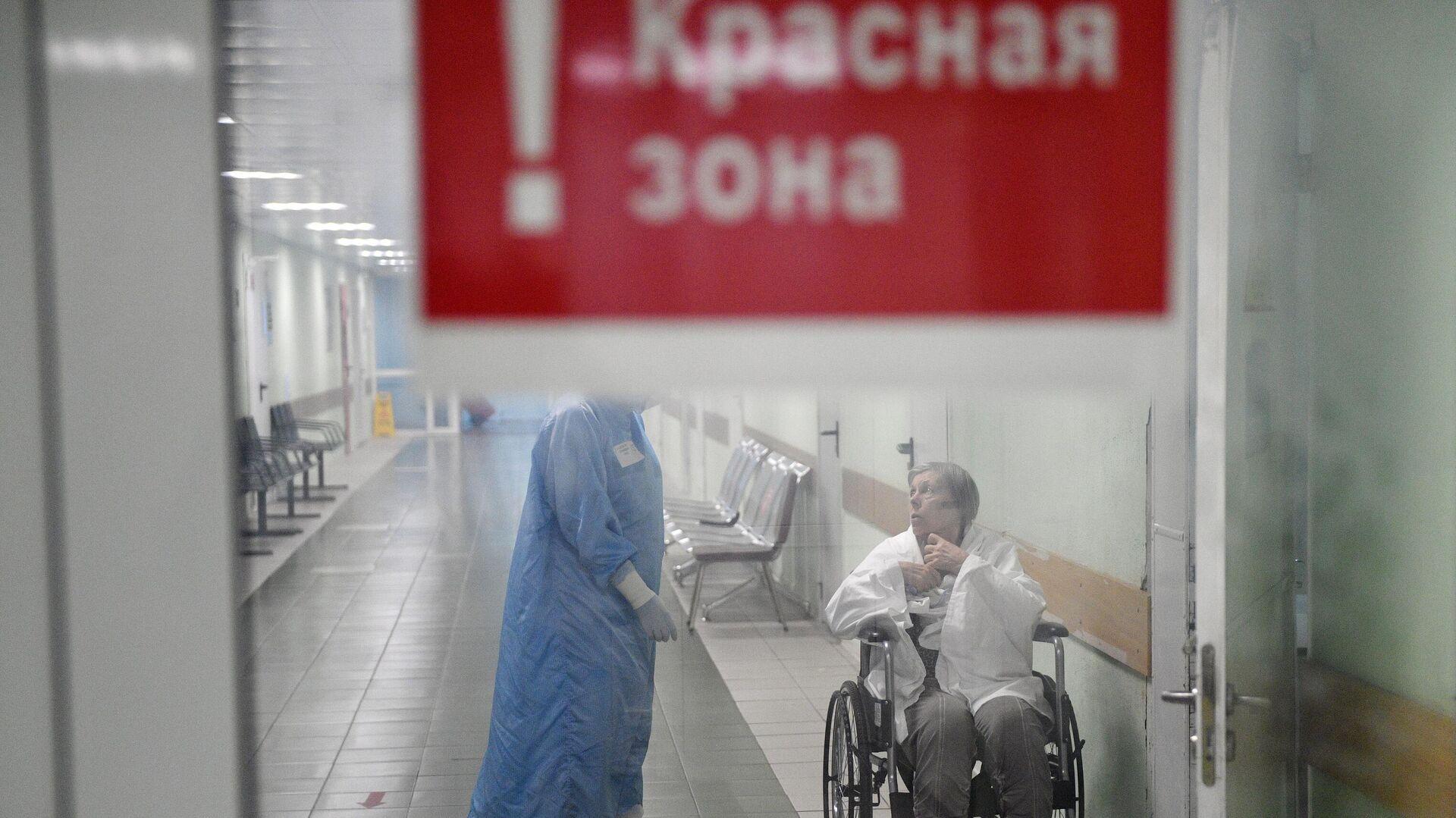 Медицинский работник и пациент в красной зоне ковид-госпиталя, организованного в городской клинической больнице №15 имени О. М. Филатова в Москве - РИА Новости, 1920, 10.11.2020