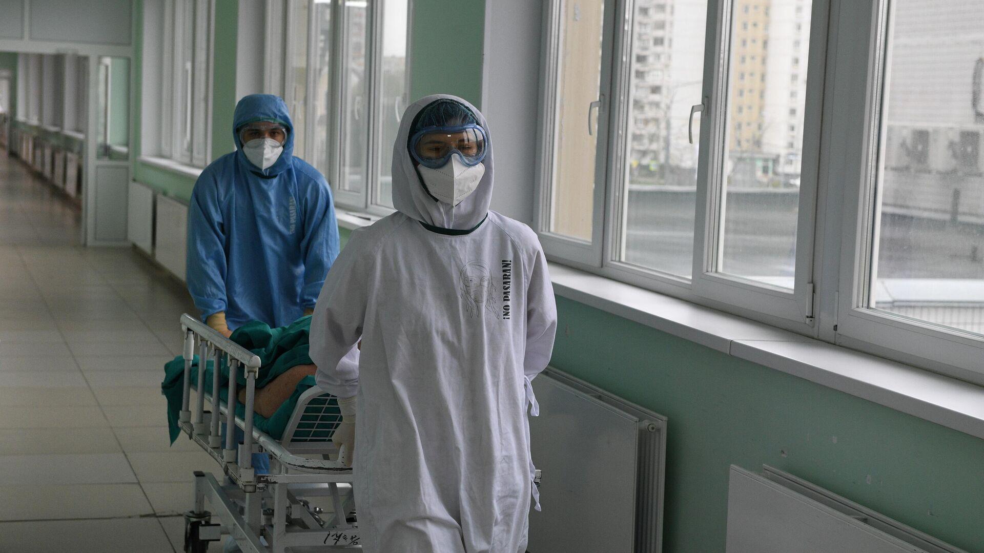 Медицинские работники и пациент в операционной ковид-госпиталя, организованного в городской клинической больнице No15 имени О. М. Филатова в Москве - РИА Новости, 1920, 14.11.2020