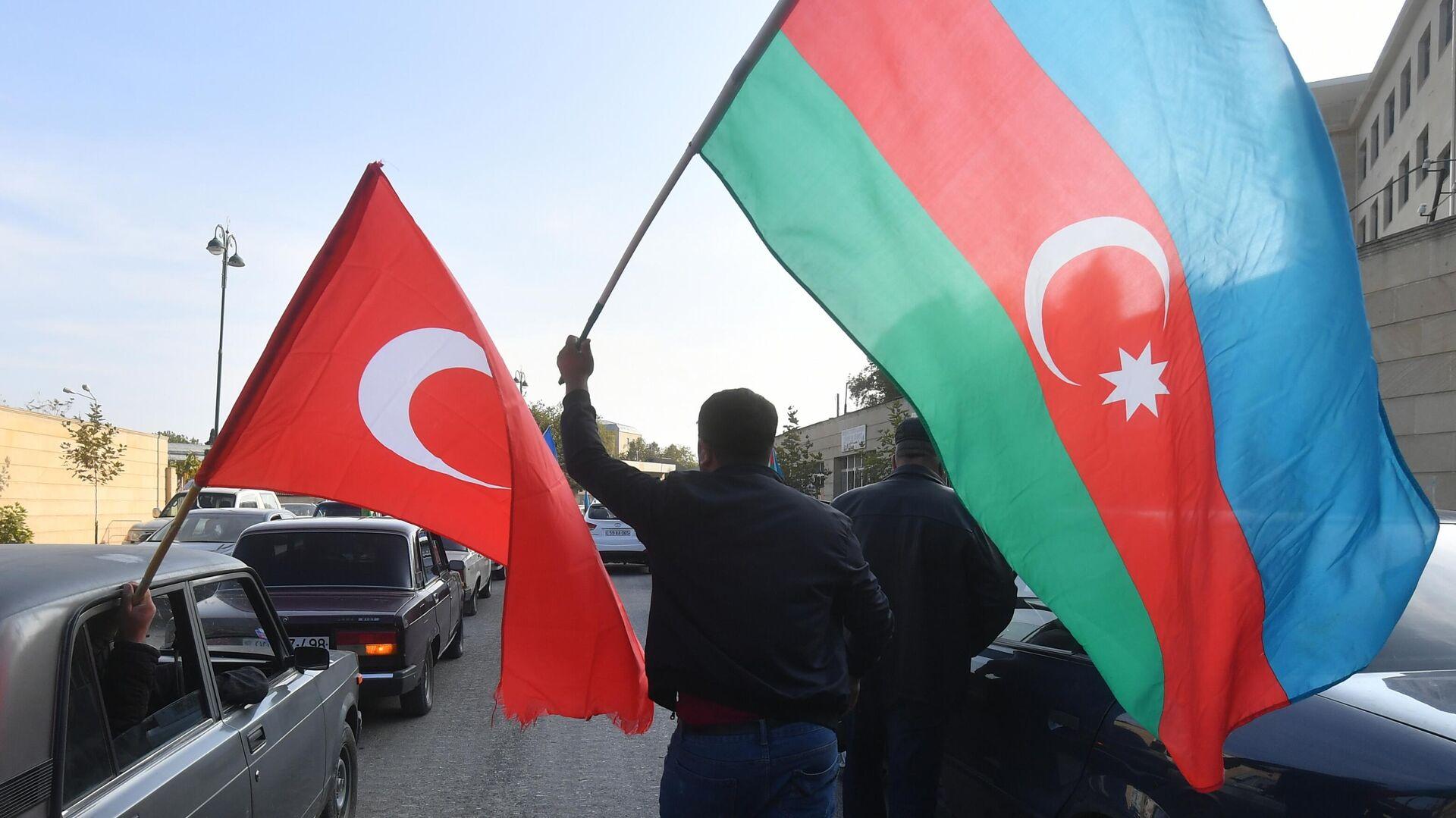 Люди с флагами Турции и Азербайджана в Баку - РИА Новости, 1920, 30.11.2020