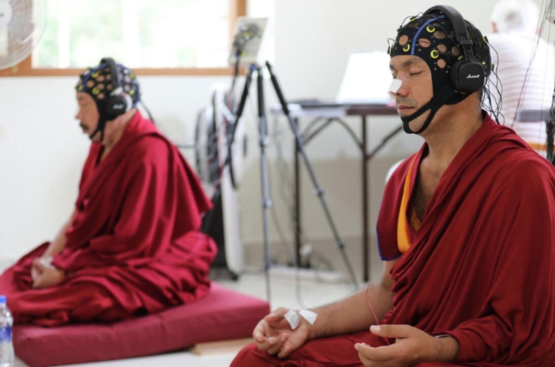 Монахи в состоянии медитации во время исследований (ЭЭГ) - РИА Новости, 1920, 10.11.2020