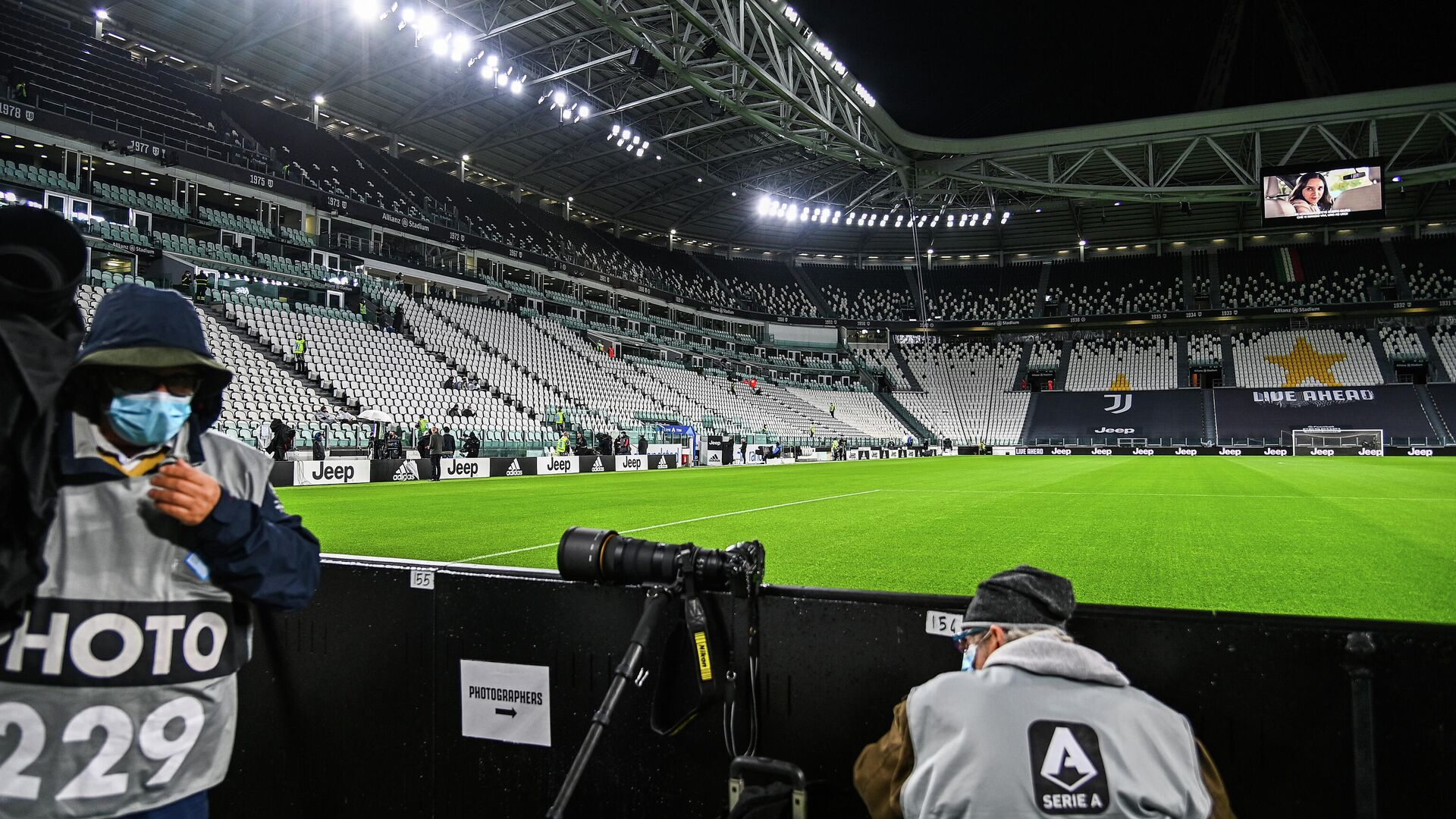 Sports photographers wait on October 4, 2020 at the Juventus stadium in Turin, prior to the Italian Serie A football match Juventus vs Napoli, still scheduled following Lega Serie A's confirmation despite Napoli remaining at home in Naples. - Napoli's squad was remaining in Naples, complying with a decision by regional health authorities, as Juventus confirmed they would take to the field as scheduled despite two positive tests among their staff. If Napoli do not play they would forfeit the game 3-0. (Photo by Vincenzo PINTO / AFP) - РИА Новости, 1920, 10.11.2020