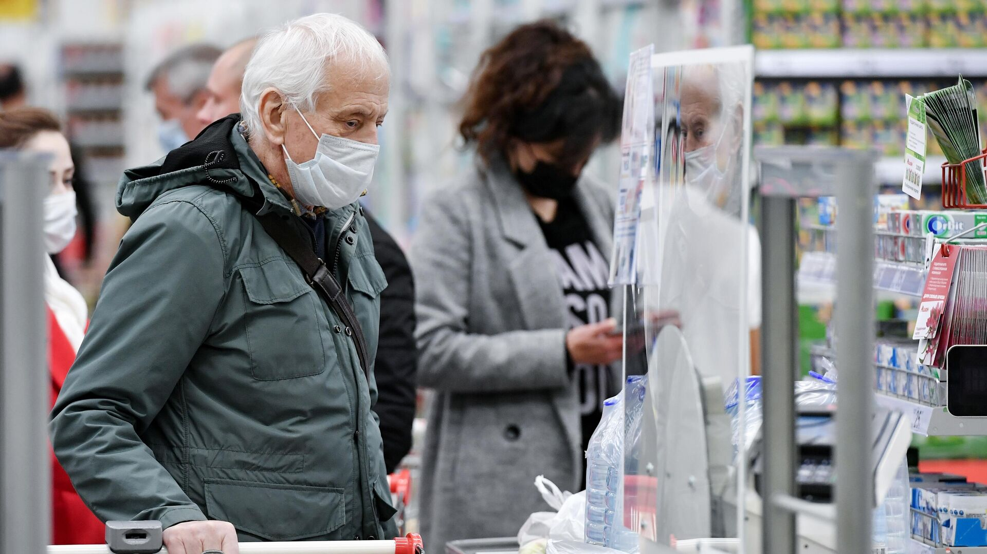 Люди в медицинских масках в ТЦ Южная Галерея в Симферополе - РИА Новости, 1920, 17.11.2020