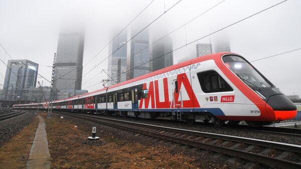 Поезд Московского центрального диаметра на станции Тестовская в Москве