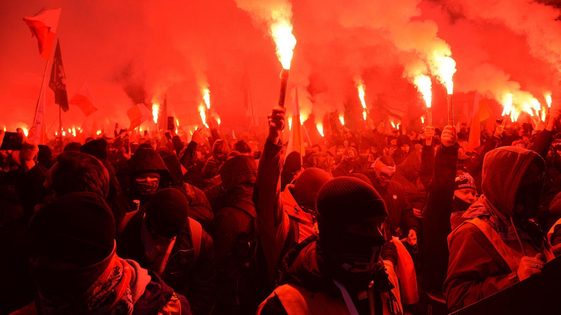 Участники традиционного марша в Варшаве, организованного организациями националистов, по случаю Дня независимости Польши - РИА Новости, 1920, 11.11.2020