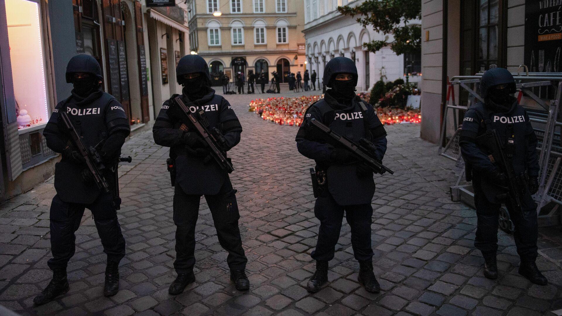 Полицейские стоят на страже перед прибытием Себастьяна Курца и Шарля Мишеля для зажжения свечей в память о жертвах теракта в Вене - РИА Новости, 1920, 13.11.2020