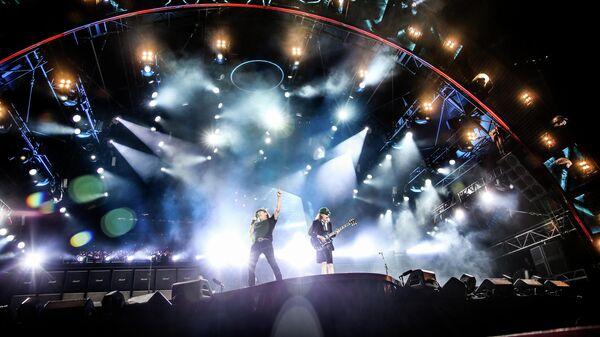 AC/DC выступают во время турне по США