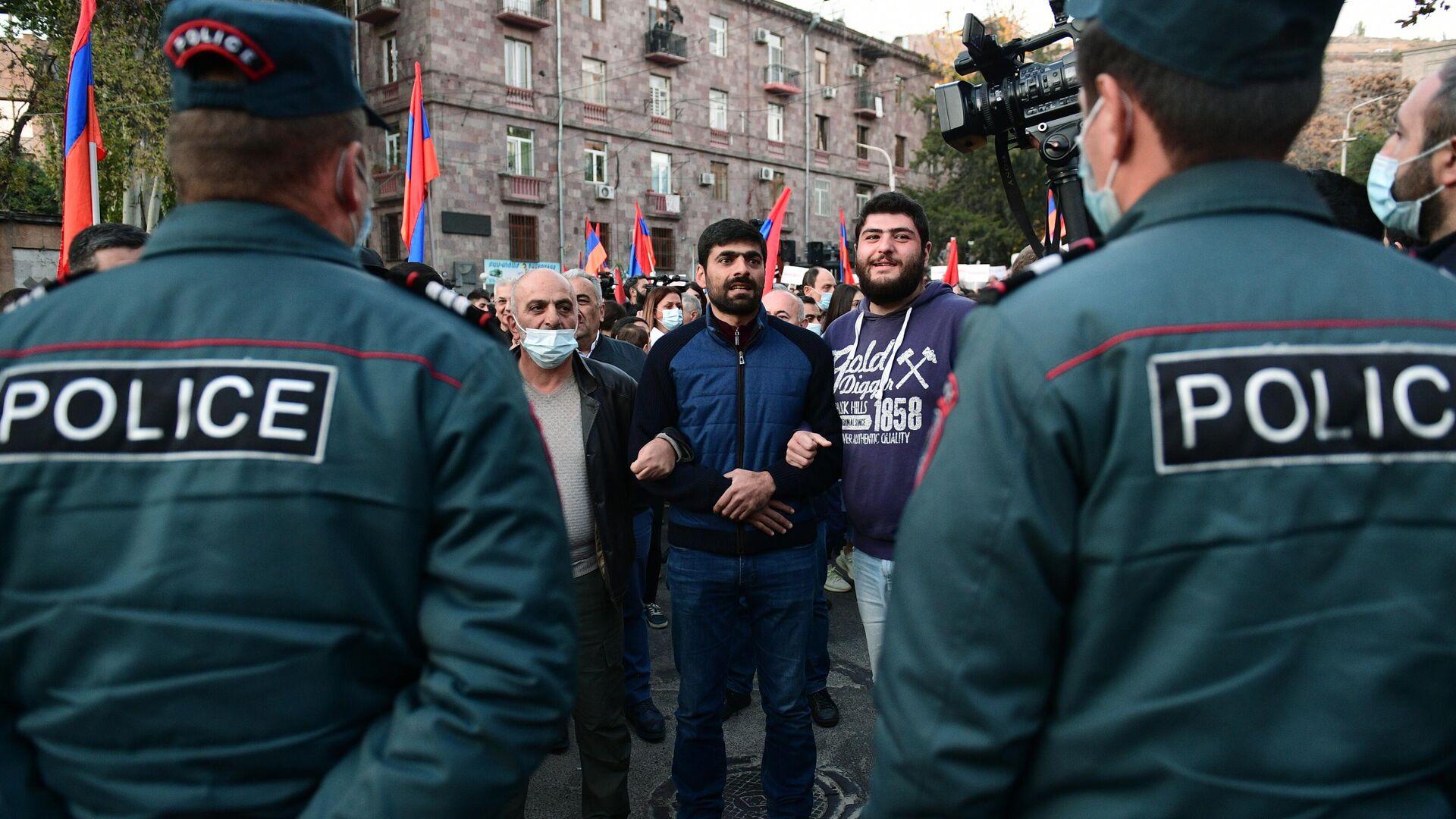 Сотрудники правоохранительных органов и участники митинга в Ереване - РИА Новости, 1920, 12.11.2020