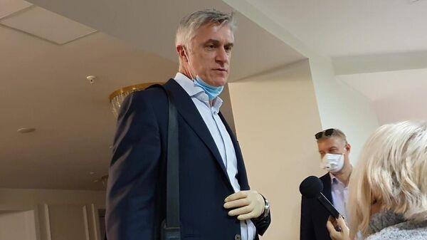 Основатель инвестиционного фонда Baring Vostok Майкл Калви, арестованный по обвинению в махинациях, отвечает на вопросы журналиста после оглашения решения Верховного суда об его освобождении из-под домашнего ареста
