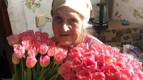 Евгения Федоровна с цветами, которые подарил внук