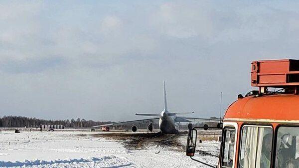 Кадры аварийной посадки самолета Ан-124 в Новосибирске