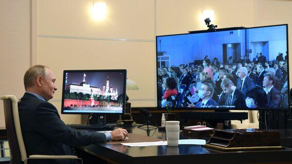 Президент РФ Владимир Путин в режиме видеоконференции принимает участие в пленарном заседании форума Сильные идеи для нового времени
