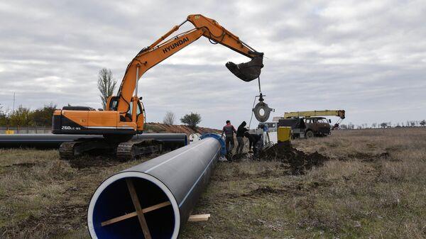 Рабочие во время укладки труб нового водовода от Бештерек-Зуйского водозабора к Симферополю