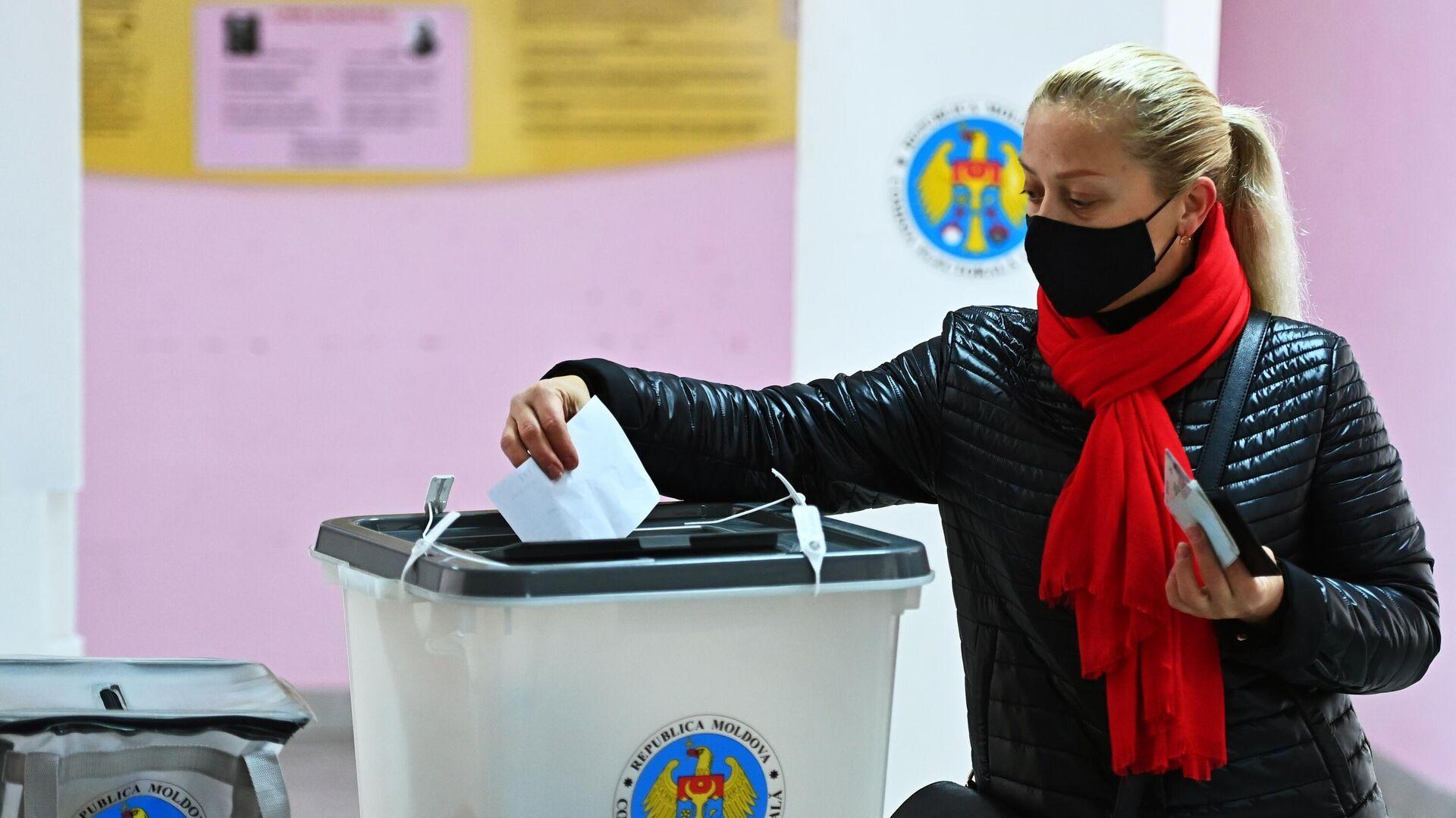 Женщина голосует во время второго тура на выборах президента Молдавии на избирательном участке в Кишиневе - РИА Новости, 1920, 15.11.2020