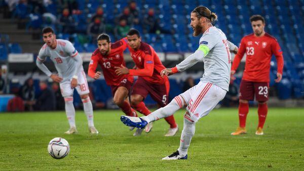 Защитник сборной Испании Серхио Рамос (на первом плане)