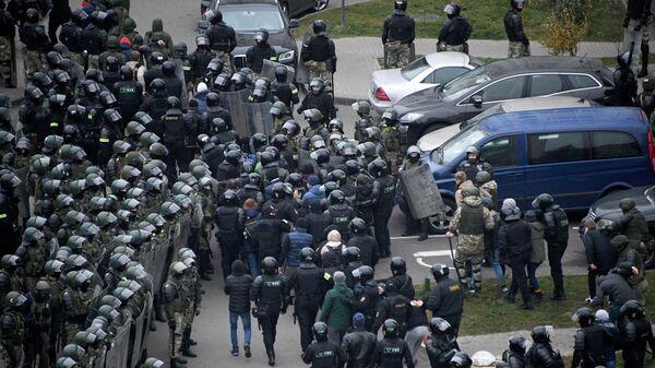 Задержание сотрудниками правоохранительных органов участников акции протеста у народного мемориала в память о погибшем жителе белорусской столицы Романе Бондаренко