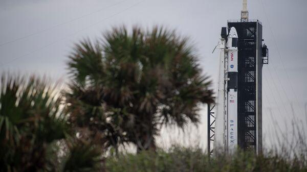 Подготовка к запуску к МКС ракеты Falcon 9 с кораблем Crew Dragon на космодроме Космического центра им. Дж. Ф. Кеннеди