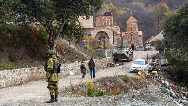 Российский миротворец у монастыря Дадиванк в Нагорном Карабахе
