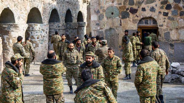 Военнослужащие на территории монастырского комплекса Дадиванк в Нагорном Карабахе