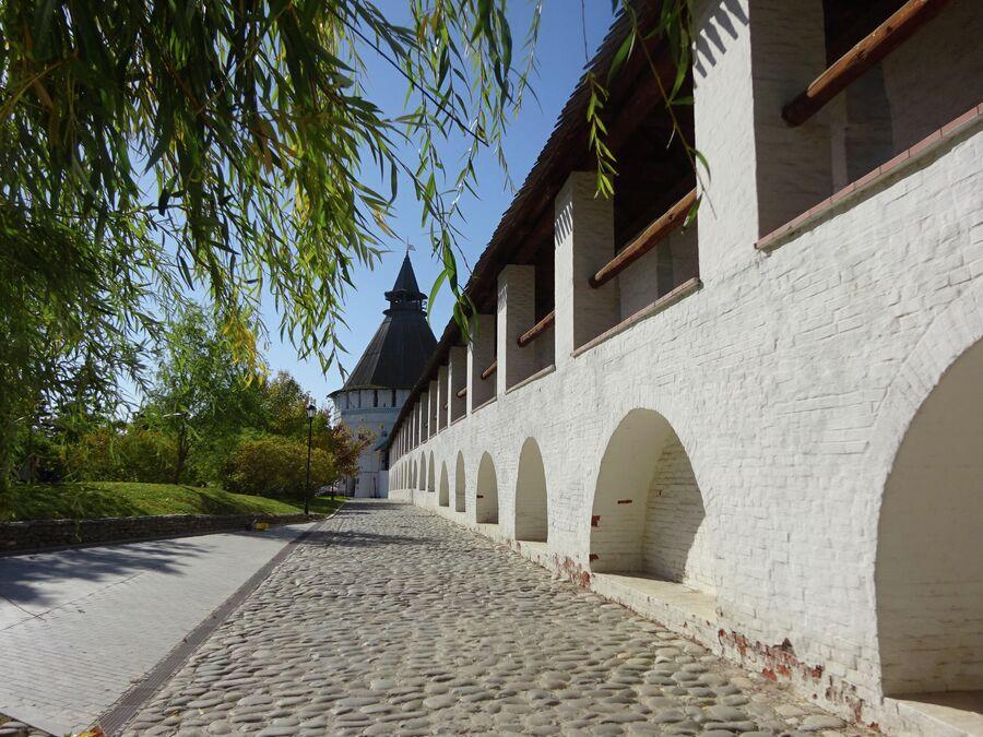 Проход вдоль стены и башня Красные ворота
