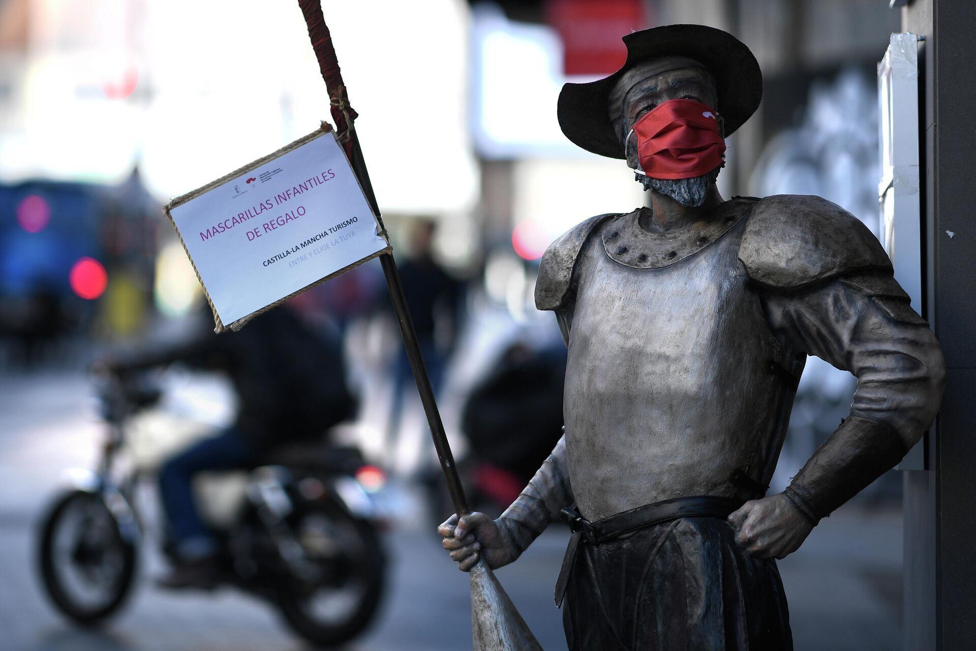 Статуя Дон Кихота в маске возле магазина на Гран Виа в Мадриде - РИА Новости, 1920, 17.11.2020