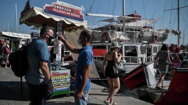 Во время измерения температуры у туристов перед отправкой на Эгейский островРодос