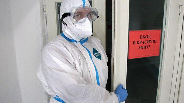 Медицинский работник у входа в красную зону ковид-госпиталя
