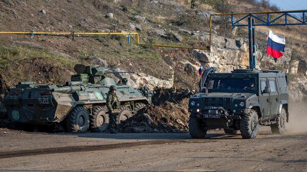 Военная техника российских миротворческих сил на блокпосту в Лачинском коридоре
