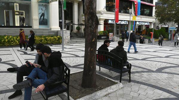 Прохожие в Баку