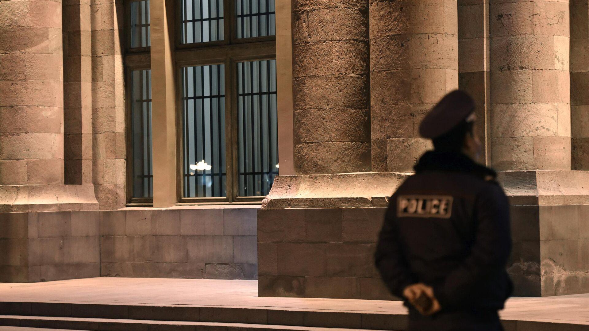 Решетки, установленные на входных дверях и окнах в здании правительства Армении - РИА Новости, 1920, 20.11.2020