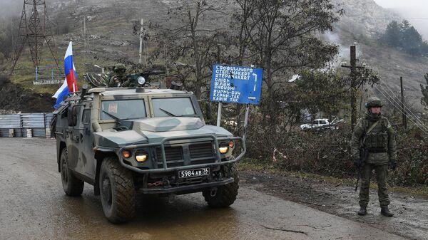 Военный автомобиль российских миротворческих сил на участке дороги Лачинского коридора