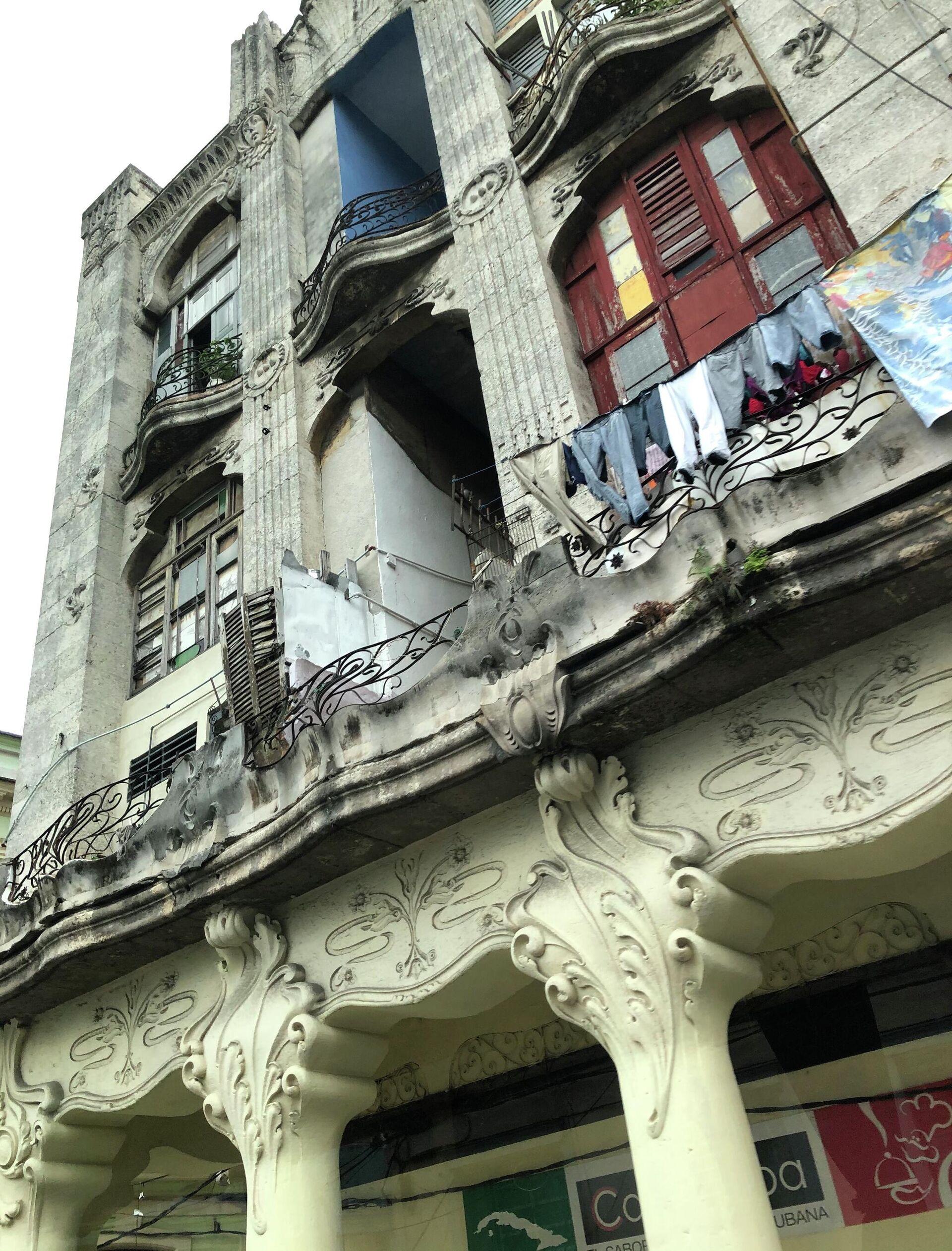 Полуразрушенный жилой дом в одном из столичных районов. Гавана. - РИА Новости, 1920, 18.11.2020