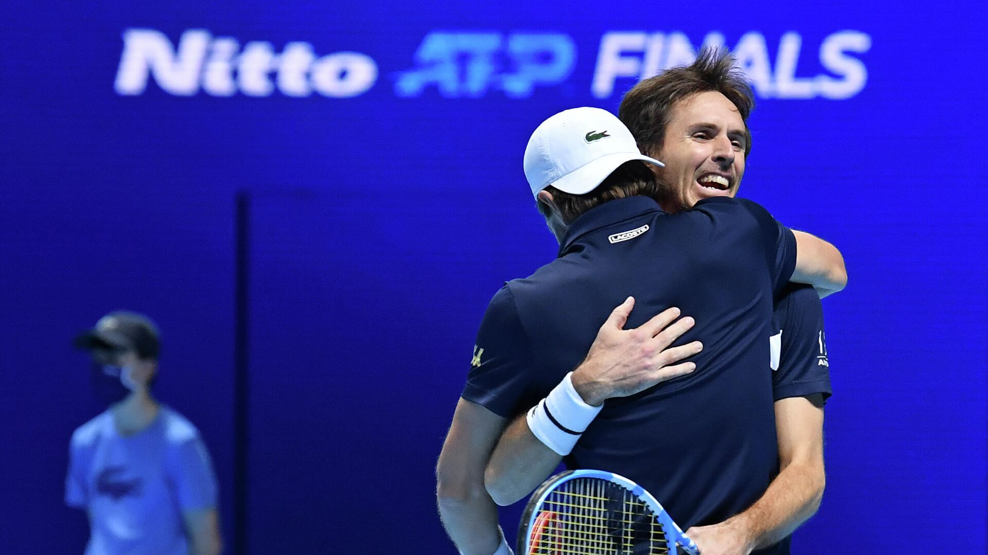 France's Edouard Roger-Vasselin (R) and Austria's Jurgen Melzer (front) embrace after winnning the match against Australia's John Peers and New Zealand's Michael Venus in their men's doubles round-robin match on day four of the ATP World Tour Finals tennis tournament at the O2 Arena in London on November 18, 2020. (Photo by Glyn KIRK / AFP) - РИА Новости, 1920, 18.11.2020