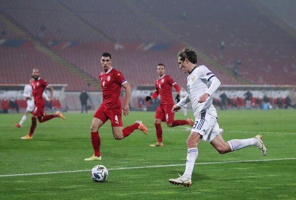 Защитник сборной России Юрий Жирков (справа) и защитник сборной Сербии Никола Миленкович (третий справа)