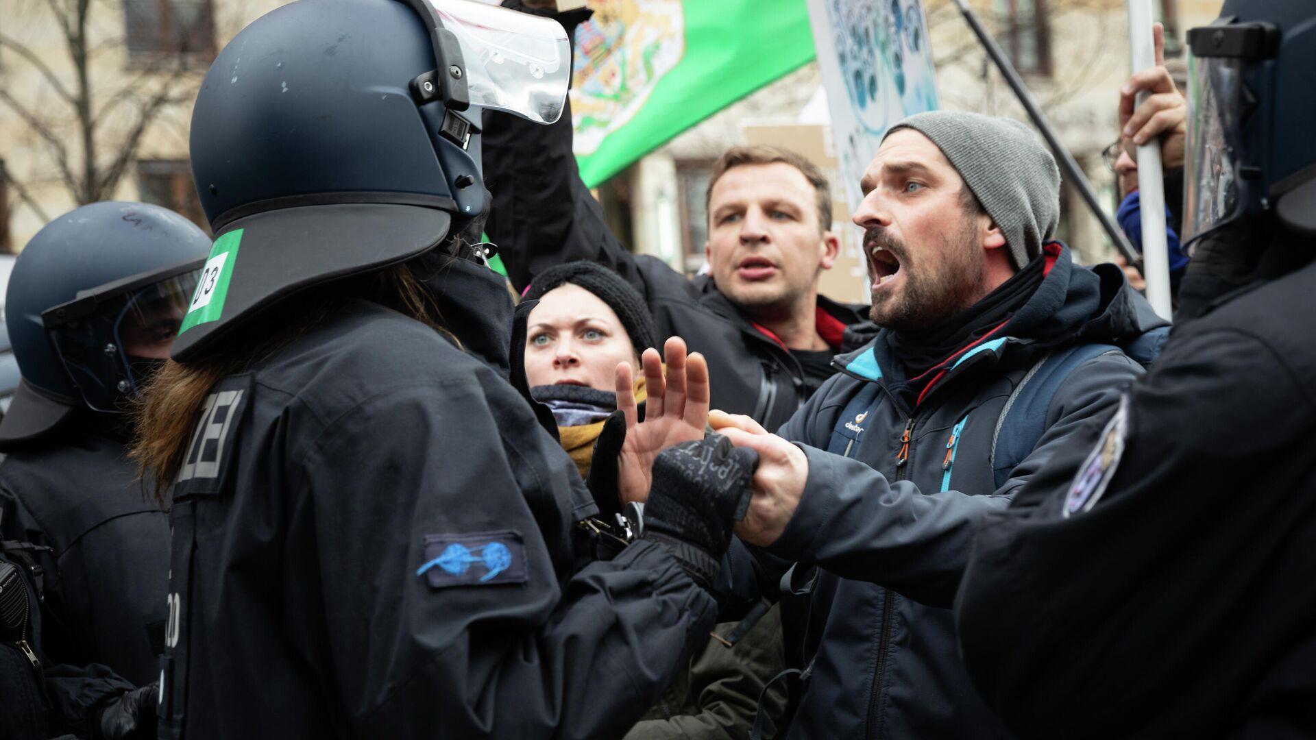 Участники акции протеста против мер по борьбе с коронавирусом в Берлине - РИА Новости, 1920, 21.11.2020