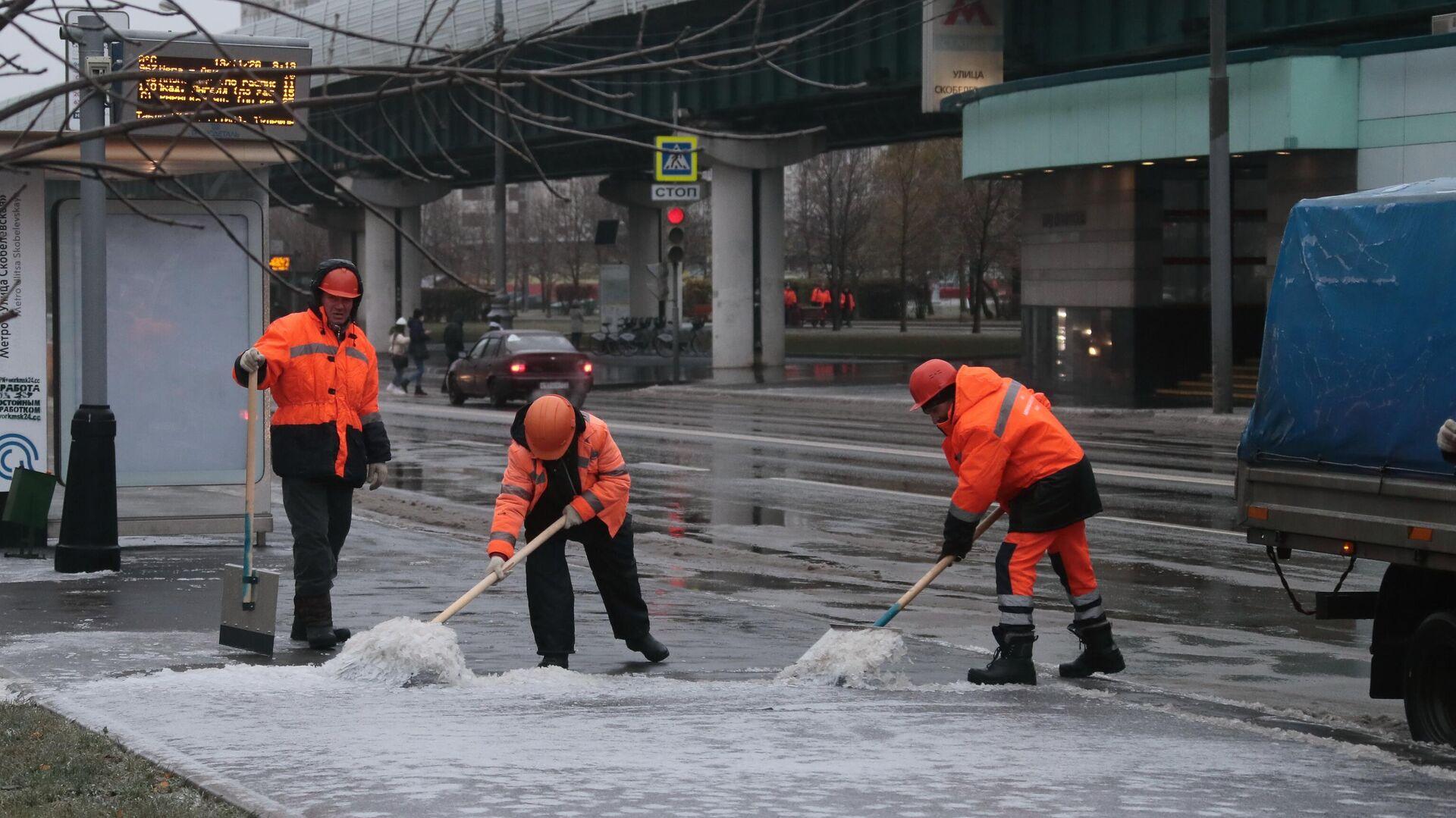 Работники коммунальных служб убирают улицу в Южном Бутово в Москве после прошедшего ледяного дождя - РИА Новости, 1920, 19.11.2020