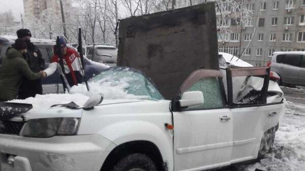 Плита упала на автомобиль во Владивостоке