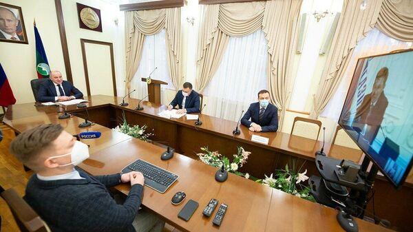 Глава Карачаево-Черкесии Рашид Темрезов и председатель Правления ПАО Газпром Алексей Миллер во время встречи в режиме видеоконференции