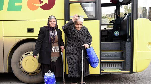 Беженцы из Нагорного Карабаха на автовокзале в Ереване