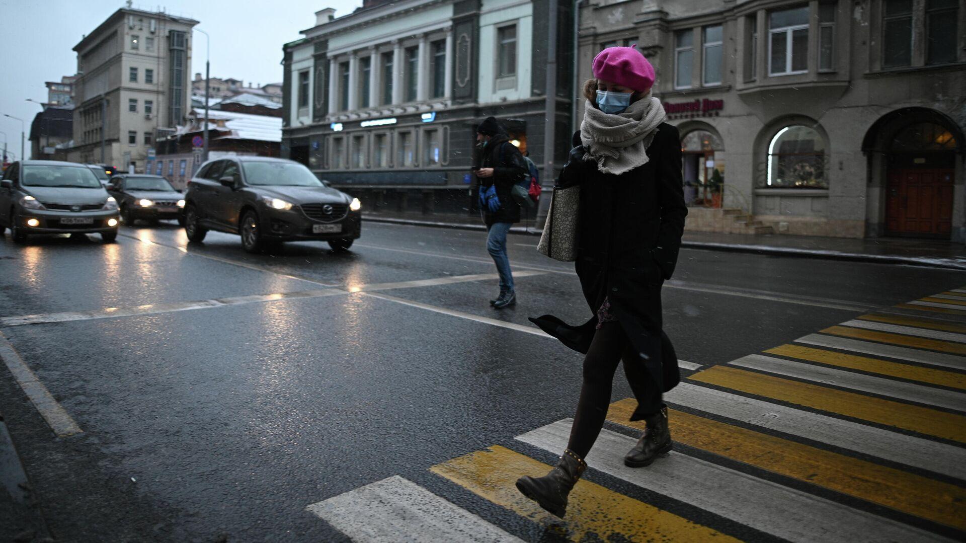 Девушка в защитной маске на улице в Москве - РИА Новости, 1920, 25.02.2021